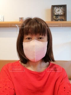 淡いピンク色のマスクをした60歳の女性の写真・画像素材[3774232]