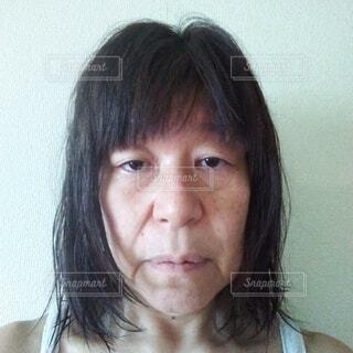 シャワー後に疲れが取れず疲労が溜まっている六十歳の女の人の顔の写真・画像素材[3846407]