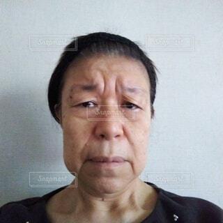 疲れきった六十歳の女性の顔の写真・画像素材[3880782]