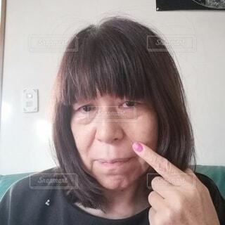 ほうれい線に悩む60歳の女性の写真・画像素材[3909182]