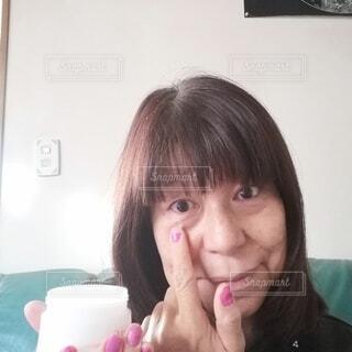 スキンケアしている60歳の女性の写真・画像素材[3909186]