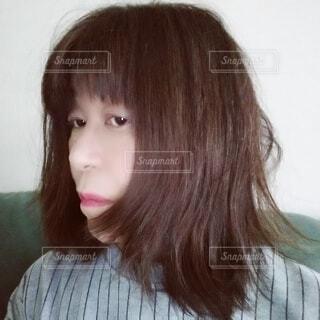 ボサボサのヘアスタイルに嫌気がさす60歳の女性の写真・画像素材[3926237]