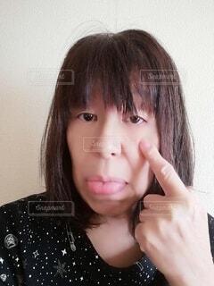 あっかんべーをする60歳の女性の写真・画像素材[3941181]