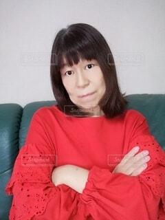 少し困って腕を組んで考えている六十歳の女性の写真・画像素材[3974047]