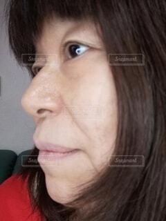 ノーメイクの六十歳の女性の横顔の写真・画像素材[3974043]