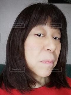 六十歳の女性のやや斜め下を向いた横顔の写真・画像素材[3974054]