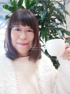 友人とのコーヒータイムを過ごす60歳の女性の写真・画像素材[4000285]