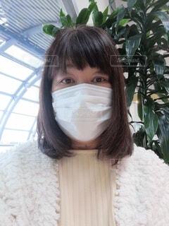 紙マスクをする60歳の女性の写真・画像素材[4000288]