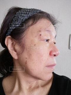 60歳の女性が横を向いた時の顔ですの写真・画像素材[4023437]