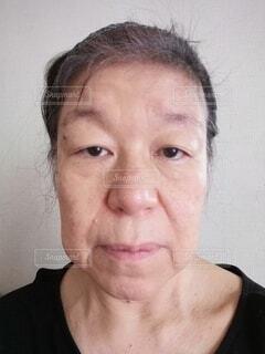 六十歳の女性の素顔の前向きの顔の写真・画像素材[4023436]