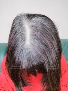 60代の女性のカラーリングの色落ちした白髪混じりの頭の写真・画像素材[4062539]