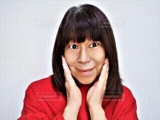 肌の調子が良くとても嬉しそうな60歳の女性の写真・画像素材[4124996]