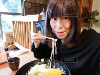 嬉しそうにお蕎麦を食べる60歳の女性の写真・画像素材[4213182]