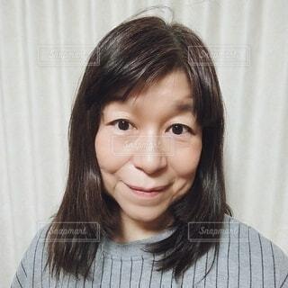 六十歳の女性のほうれい線のはっきりした顔の写真・画像素材[4250142]