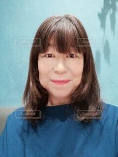 青い服を着た60歳の女性のポートレートの写真・画像素材[4346859]