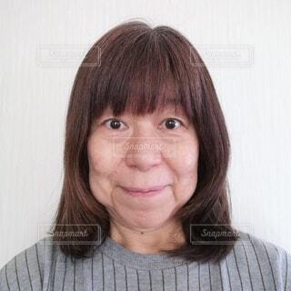 前を向く60歳の女性の写真・画像素材[4436518]