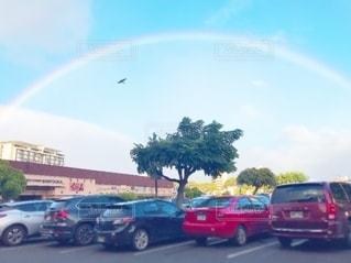 虹の近くの道路を走る車の写真・画像素材[2690164]