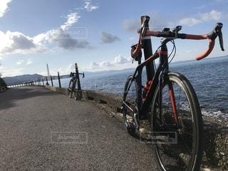 大阪湾に駐車している自転車の写真・画像素材[2688559]
