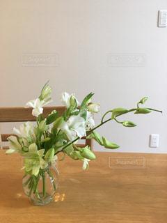 食卓に花を飾ろうの写真・画像素材[2752913]