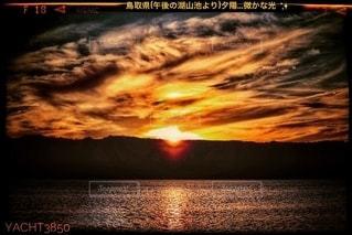 水域に沈む夕日の写真・画像素材[2689021]