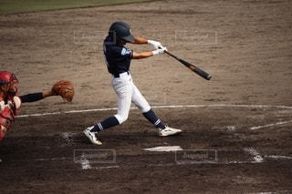 ボールでバットを振る野球選手の写真・画像素材[2689332]