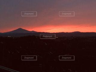 山に沈む夕日の写真・画像素材[2689429]