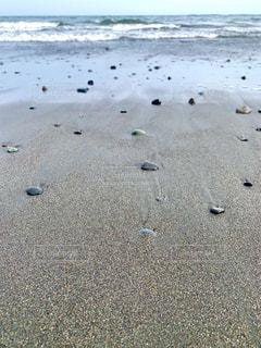 散らばる石ころの写真・画像素材[3267530]