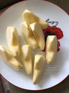 皿の上にスライスしたリンゴの写真・画像素材[2689778]