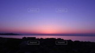 水域に沈む夕日の写真・画像素材[2690364]