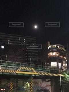 夜にライトアップした時計台の写真・画像素材[2093391]
