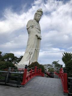 男の像白衣観音慈悲の御手の写真・画像素材[2690797]
