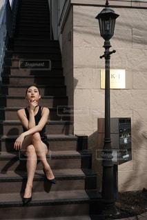階段に座っている女性の写真・画像素材[757187]