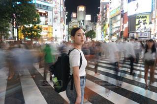 スクランブル交差点の女性の写真・画像素材[757491]