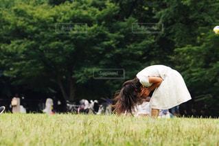 公園で笑う少女の写真・画像素材[1284073]