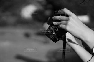 カメラを持つ手の写真・画像素材[2215560]