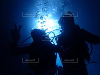 暗闇の中を泳ぐ人たちのグループの写真・画像素材[1139437]