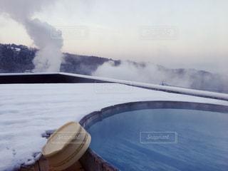 白い雪と青い露天風呂温泉の写真・画像素材[1143053]