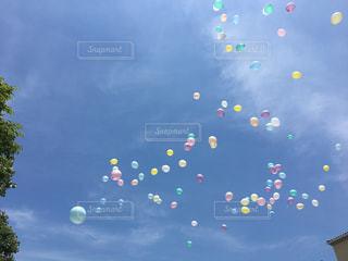 空に舞う風船の写真・画像素材[1143055]