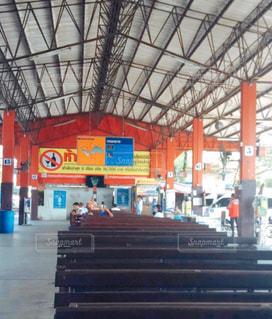 タイの地方のバスターミナルの写真・画像素材[3187749]