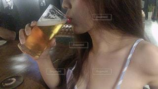 ビールを飲む女性の写真・画像素材[3473343]