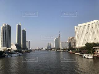 背景に都市がある大きな水域の写真・画像素材[4191312]