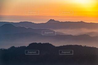 早朝の山脈の写真・画像素材[2728172]