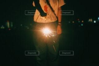 手持ち花火と夜景の写真・画像素材[3337031]