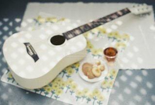 ギターとクッキーの写真・画像素材[3337039]