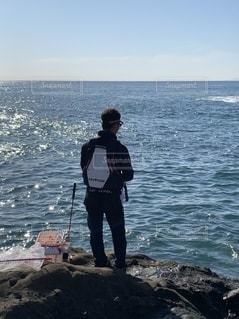 磯釣り後ろ姿の写真・画像素材[2735692]