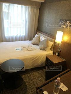 ベッドルーム(ベッドルーム、ベッド、デスク付)が1室あります。の写真・画像素材[4556125]