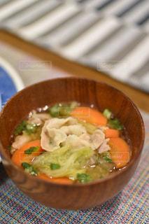 白菜と人参、豚バラの豚汁の写真・画像素材[2698289]