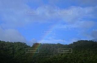 手が届きそうな虹の写真・画像素材[2705224]