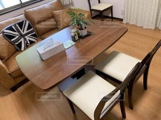 家具とテーブルでいっぱいのリビングルームの写真・画像素材[2698850]