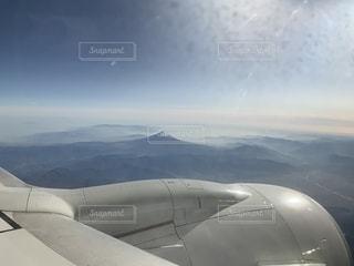 空高く飛んでいる大きな飛行機の写真・画像素材[2699330]
